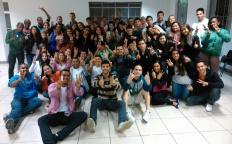 Jovens participam de Domingo de Louvor